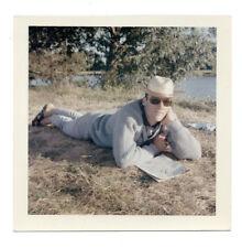 PHOTO Couleur Homme Kodak 1960 Lunettes soleil Allongé Journal lecture Chapeau