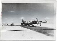 Macchi-Flugzeug wird abtransportiert. Orig-Pressephoto von 1942.