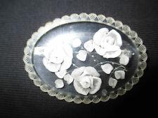 ancienne broche en plexiglas sculpté rose blanche début XX ème