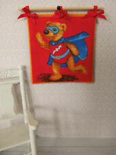 """BÃ""""REN-WANDBEHANG,Batman,Kinderzimmer,Puppenstube 1:12 Teddy Bild"""