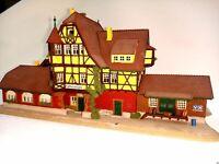 Bahnhof Neuffen als Raiffeisenbank mit Kanzel Figuren BELEUCHTET Spur N C692