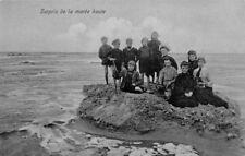 SORPRENDIDO LA MAREA ALTA - Grupo DE los jóvenes en un roca