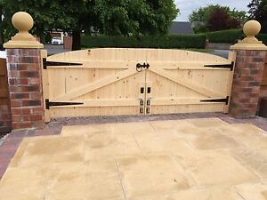 WOODEN DRIVEWAY GATES! 4FT HIGHEST POINT x 10FT WIDE (TOTAL)