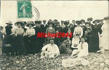 CPA carte photo Groupe sur une plage de galets Dieppe ? costume chapeau