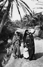 Arabische Frau mit Kinder Wasserträgerin Foto Karte