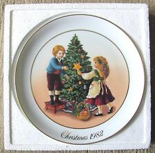 Avon Christmas Memories Plate #2 - Keeping The Christmas Tradition (1982) - Nm