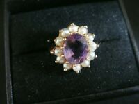 A VINTAGE LARGE NATURAL AMETHYST & PEARL 9CT GOLD COCKTAIL RING SIZE P