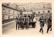 Deutsche Soldaten LKW Einheits - Diesel vor Schloß