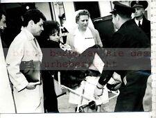 Original Press Photo: Liz Taylor in London Hospital with husband Eddie Fischer
