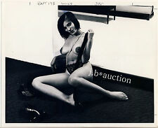 """NUDE MODEL TEASING NYLONS NACKTES MODELL EXTRAVAGANT * Vintage 70s """"L"""" US Photo"""