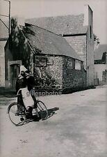 BRETAGNE c. 1940 - Bigoudènes dans Village près GUILVINEC Finistère - DIV1376