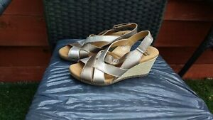 BNWOT LADIES PEWTER/SILVER WEDGE SANDALS BY CLARKS CUSHION SOFT SIZE 6D.