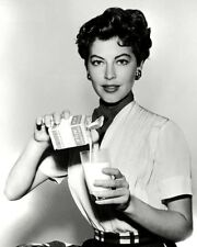 ACTRESS AVA GARDNER POURING A GLASS OF MILK - 8X10 PUBLICITY PHOTO (FB-701)