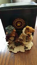 X-Mas Boyds Bearstone Resin #2240 Edmond and Bailey Gathering Holly Mint In Box!