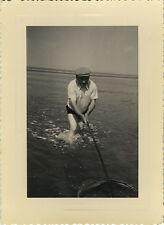 PHOTO ANCIENNE - VINTAGE SNAPSHOT - PÊCHEUR ÉPUISETTE CREVETTE DRÔLE - FISHERMAN