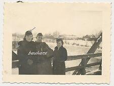 Foto Wehrmacht  NS-Schwestern-Ärmelabzeichen-Soldat mit Hund  2.WK (d577)