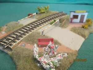 Busch HO Scenics  No 3211 'Road Rail Crossing with Gatekeepers Hut'
