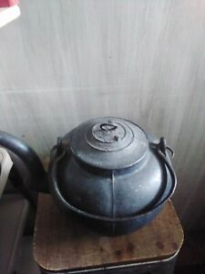 ANTIQUE 1800 CAST IRON 3 LEGGED TEA KETTLE, GOOSE NECK,BENCH MARK ,HANDLE FORGED