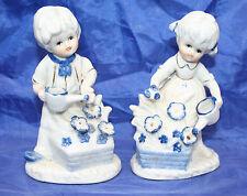 VINTAGE Blue & white cifre di un ragazzo e ragazza GIARDINAGGIO 13cm Alta nel suo complesso.