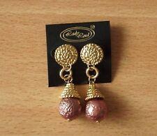 Ohrhänger. Hänger. Goldfarben in Hammerschlagoptik. Mit Perle in bronze.