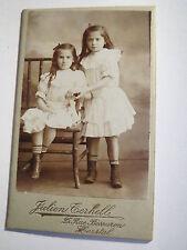 Herstal - 2 kleine Mädchen im Kleid halten Händchen - Kulisse / CDV