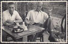 YZ0595 Italia 1950 - Amici fumano sigaretta dopo il caffè - Fotografia d'epoca