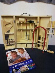 Laubsäge-Set im Holzschrank mit Werkzeugen, Buch und Vorlagen