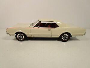 HIGHWAY 61 1/18 WHITE/CREAM 1967 OLDSMOBILE 442 USED NICE NO BOX *PLEASE READ*
