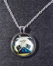 Schmuck Hund - silberner Mops Bild Anhänger aus Acrylglas auf einer Halskette.