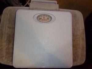 SUNBEAM SAB700DQNC-01 SAB700 WHITE BATHROOM SCALE UP TO 300 LBS. DIAL
