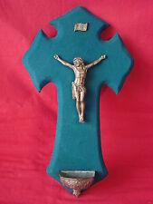 ANCIEN CHRIST AVEC BÉNITIER SUR BOIS VELOUR VERT / RELIGION