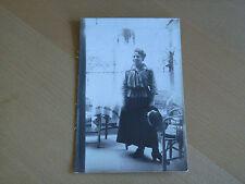 Foto AK 2k51 signora con cappello in un appartamento