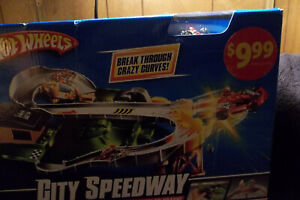 HOT WHEELS  CITY SPEED WAY WITH VERY RARE GOKART (CAR IS EXCLUSIVE TO THIS SET)
