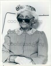 1985 Actress Estelle Getty Wearing Sun Glasses Golden Girls TV Press Photo