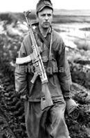 WW2 Photo German soldier is carrying an StG-43-44 Sturmgewehr assault rifle 427