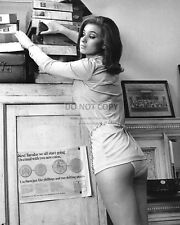 VALERIE LEON ENGLISH ACTRESS PIN UP - 8X10 PUBLICITY PHOTO (CC895)