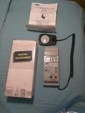 Extech Instruments Foot Candle/LUX Light Meter 401025 , Excellent  W/New Battery