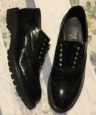scarpe OVYE' Nere semilucido con borchie e punta a coda di rondine