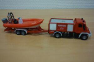 camion de pompier avec remorque et bateau HO 1/87