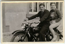 PHOTO ANCIENNE - VINTAGE SNAPSHOT - MOTO COUPLE MOTOCYCLETTE - MOTORCYCLE FUNNY