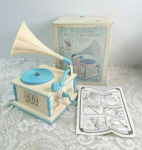 1970s VINTAGE BETSEY CLARK ANTIQUE PHONOGRAPH CHILDS TOY RECORD PLAYER BATTERY