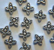 40 X Tibetano Plata Antiqued había cuatro hojas/Flor Espaciador Perla ~ 6 mm