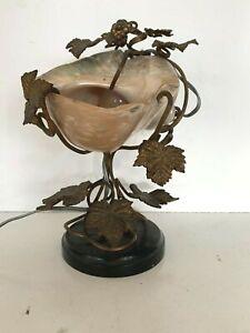 Lampe en coquillage Piétement en bronze et socle de marbre noir XX siècle