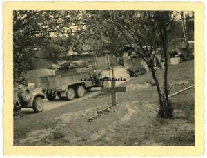 Orig. Foto Grab Aufklärer 2.lei.Div. in BRZEZINKI b. Radom Zwolen Polen 1939