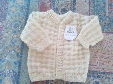 Jersey- chaqueta bebé punto. Hecho a mano. Realizado en lana beige. 0-3 meses