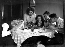 Groupe personnes à table volaille plat négatif photo plaque verre an. 1930