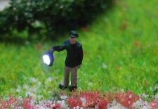 (VP01) Polizist mit Suchscheinwerfer Epoche 3 Figur beleuchtet Spur Z (1:220)