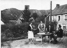 PHoto prise à CLECY Calvados Verre en terrasse avec serveuse MAison à identifier