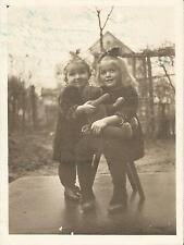 Kinder mit Spielzeug, Teddy-Bär, altes Privat-Foto um 1930