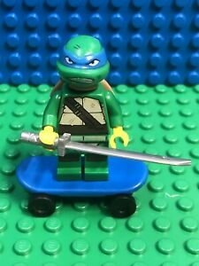 LEGO Leonardo minifigure and Skateboard TMNT Teenage Mutant Ninja Turtles